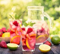 Lemoniada truskawkowa: jak przygotować lemoniadę z truskawek, cytryn i limonek?