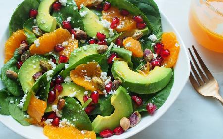 Zdrowa sałatka z pomarańczami, awokado i granatem