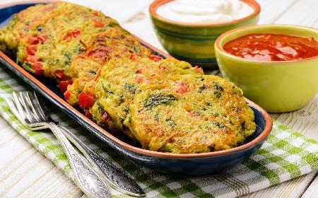 Racuszki z cukinii z chilli: przepis na pikantne placuszki z cukinii