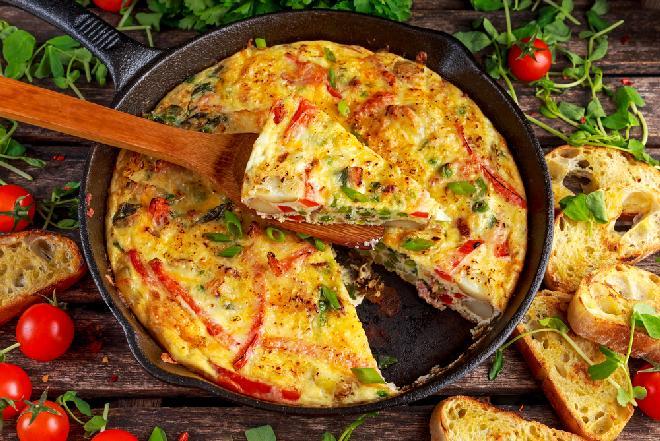 Omlet z letnimi warzywami z patelni lub piekarnika