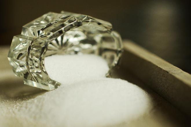 Solić czy nie solić? Jakie są zalety soli kuchennej?