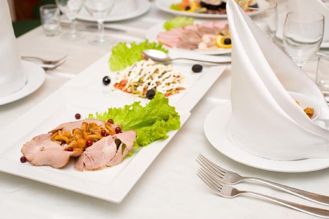 Zastawa stołowa: jak prawidłowo dobierać półmiski i talerze?