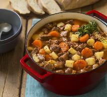 Przepyszny gulasz z łopatki wieprzowej z ziemniakami i marchewką