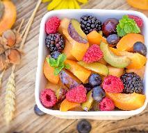 Sałatka owocowa w sosie cynamonowym - przepis na prostą przekąskę z owoców