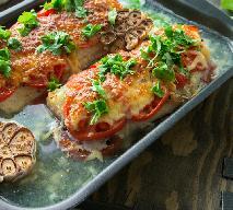 Ryba zapiekana pod warzywami i tartym serem: łatwy przepis na pyszną rybę z piekarnika