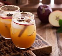 Jesienny retro koktajl z whisky i cydru z jabłkami i cynamonem