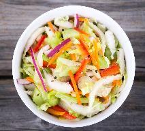 Surówka obiadowa z kapusty pekińskiej i świeżych warzyw