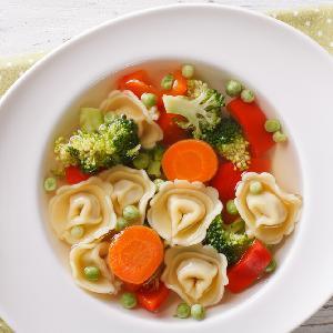 Zupa warzywna z dodatkiem tortellini - zdrowa i sycąca