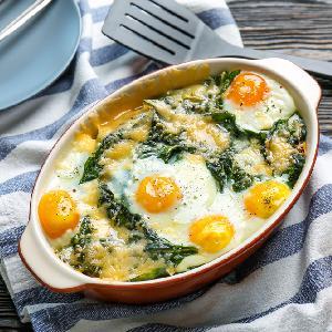 Tłuczone ziemniaki zapiekane ze szpinakiem i jakami: łatwy przepis na tani obiad