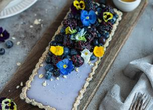 Efektowna tarta z owocami i kwiatami: piękny i pyszny deser odświętny