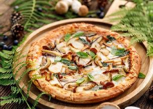 Pizza z grzybami leśnymi: przepis na pizza bianca z borowikami i kurkami