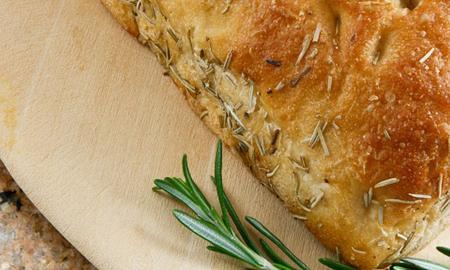 Focaccia z rozmarynem: przepis na domowe pieczywo