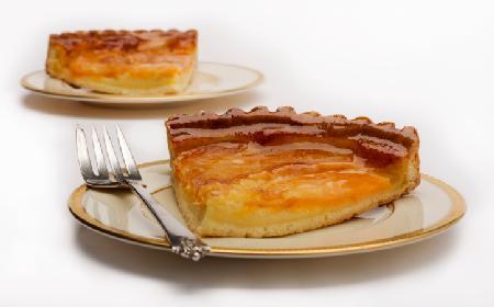 Tarta z brzoskwiniami: przepis na szybką i pyszną tartę