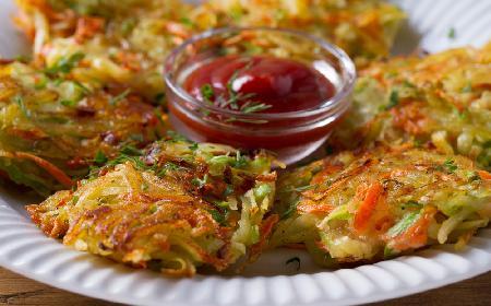 Placki z cukinii i ziemniaków: przepis na niedrogie i smaczne danie [GALERIA ZDJĘĆ]