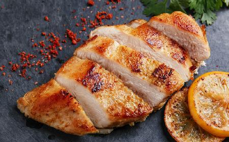 Pierś z kurczaka z młodymi ziemniakami i sałatą rzymską: przepis z programu TVP2 Pytanie na Śniadanie