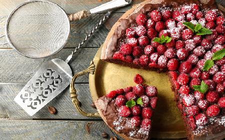 Czekoladowe ciasto grysikowe z malinami i miętą - obłędnie pyszny deser