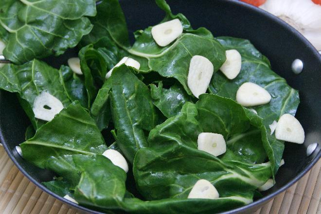 Liście mangolda z czosnkiem i fetą - pomysł na szybkie ciepłe danie
