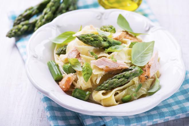 Pappardelle ze szparagami, szałwią i żółtkiem: szybki sposób na obiad