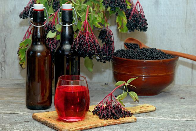 Sok z owoców czarnego bzu z liśćmi wiśni