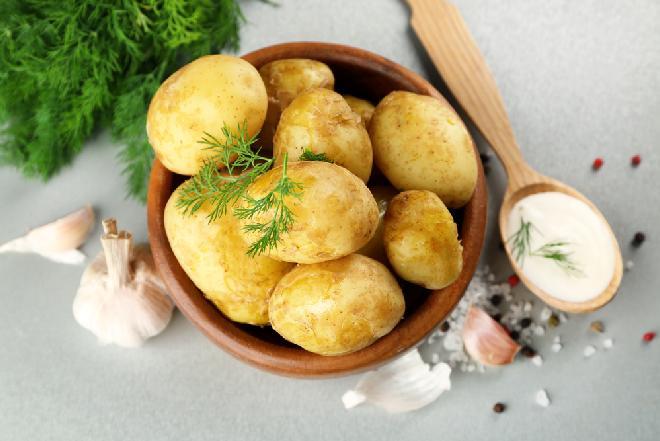 Młode ziemniaki ze śmietaną i koperkiem: genialny przepis z Podlasia