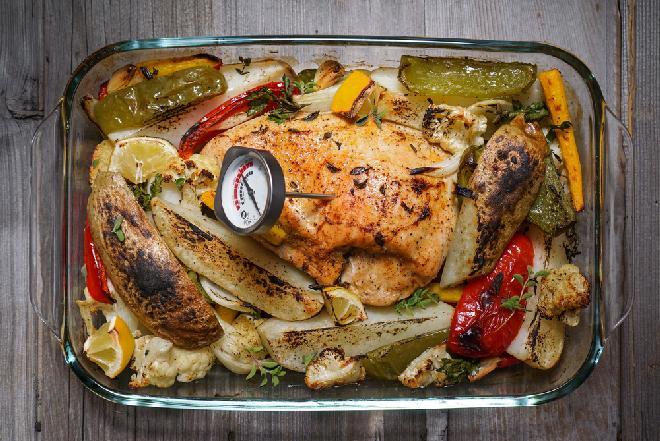Soczysty filet z piersi indyka pieczony z warzywami: cały obiad w jednej brytfannie