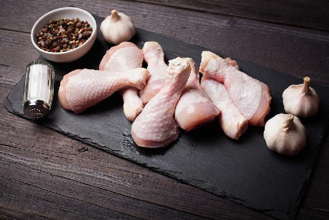 Pałki kurczaka w chrupiącym cieście czosnkowym: łatwy przepis na pieczone nóżki