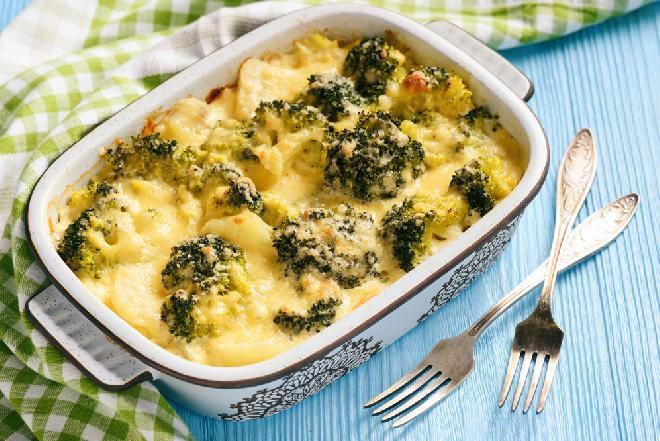 Dietetyczna zapiekanka jajeczna z brokułem i kalafiorem: przepis na detoks z mrożonymi warzywami
