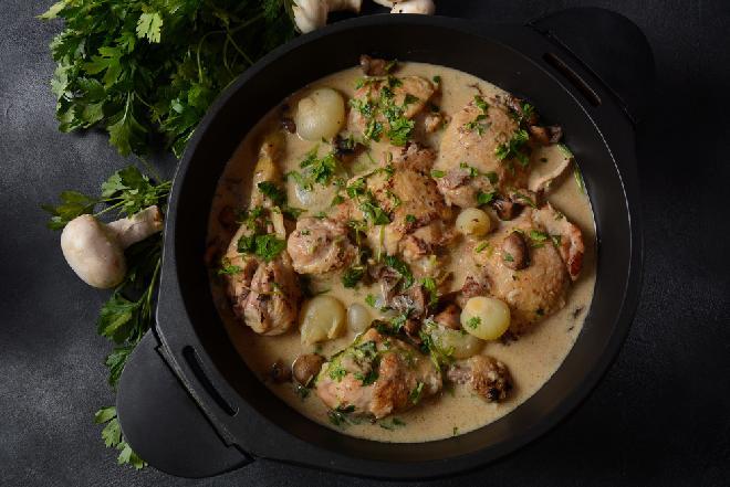 Kurczak w sosie śmietanowym z pieczarkami i cebulką perłową: przepis na pyszny frykas drobiowy