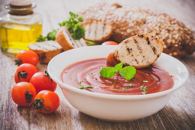 Domowy przecier pomidorowy na zimę: jak zrobić? [WIDEO]