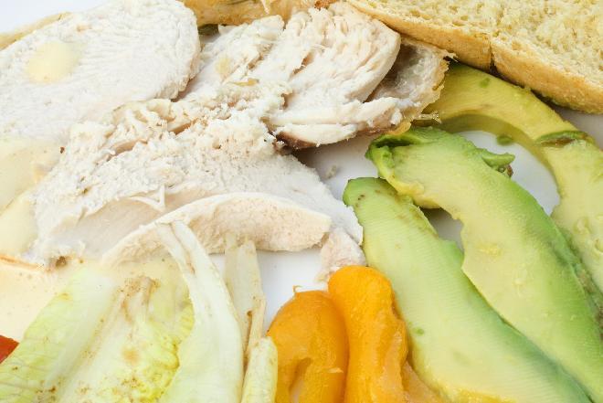Sałatka z grillowanym kurczakiem i cytryną