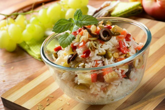 Sałatka ryżowa z warzywami w majonezie [WIDEO]