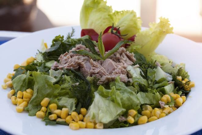 Surówka z tuńczyka i sałaty: przepis na pełną witamin przystawkę na wiosnę